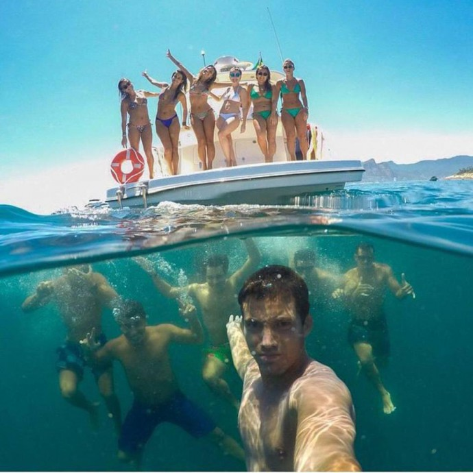 groep-selfie-onderwater-jacht-mannen-vrouwen-Bestvacation