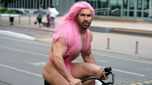 pink wig gay colour Felipe Mastrandéa roze homo kleur gay man