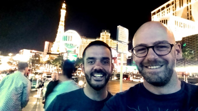 gay couple eiffel tower paris las vegas